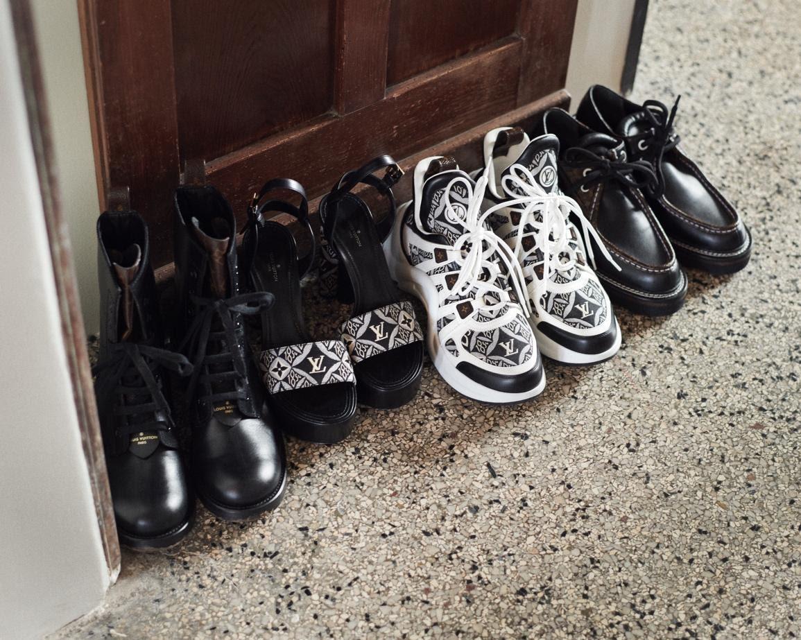 Ein Bild, das drinnen, sitzend, Schuhe, Zähler enthält.Automatisch generierte Beschreibung