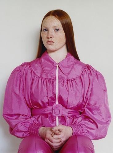 Ein Bild, das Person, Pink, Kleidung, Frau enthält.Automatisch generierte Beschreibung